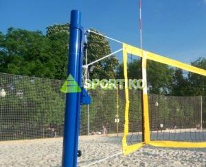Стойки и сетка для пляжного волейбола.